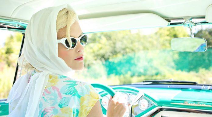 कार चलाने वाली महिला