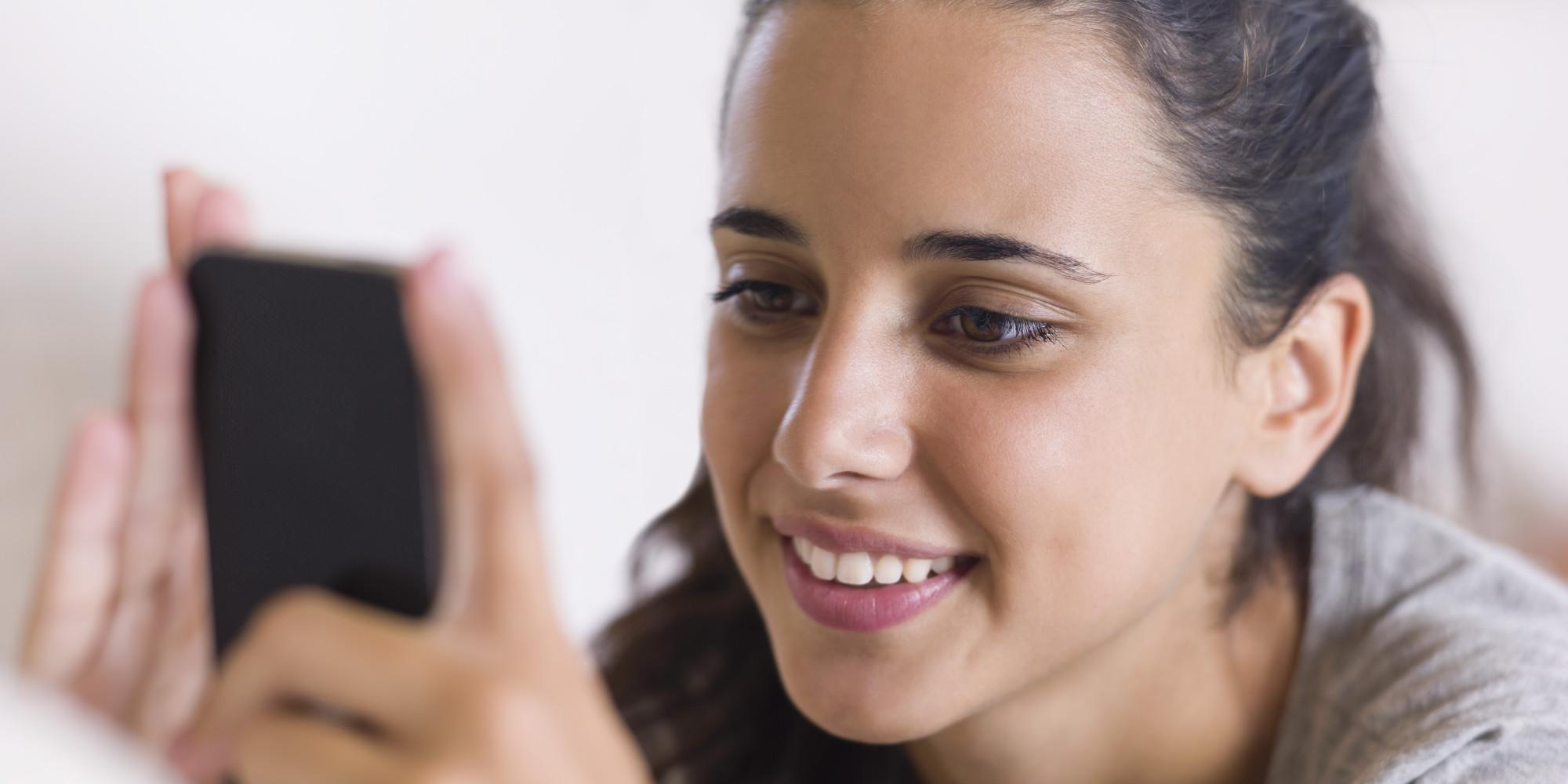 ये लव है या फिर सज़ा - teen girl using phone
