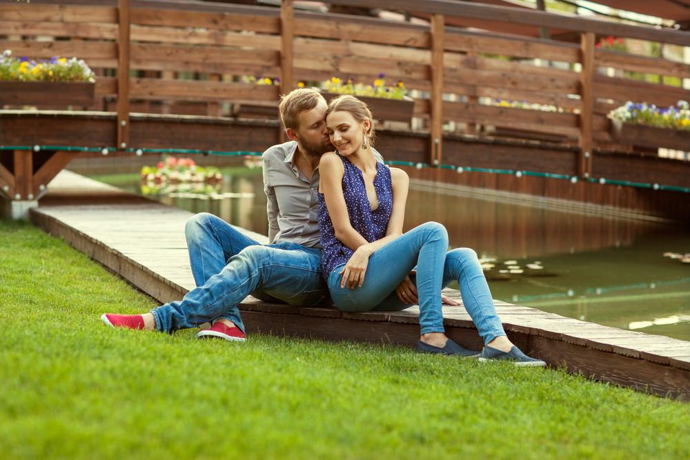 पार्क में बैठे प्रेमी