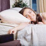 अलार्म को बिस्तर से दूर रखना