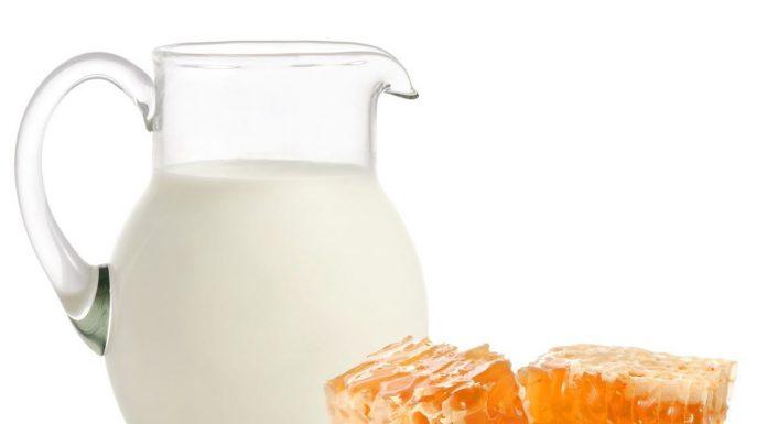दूध में शहद डालकर पीना