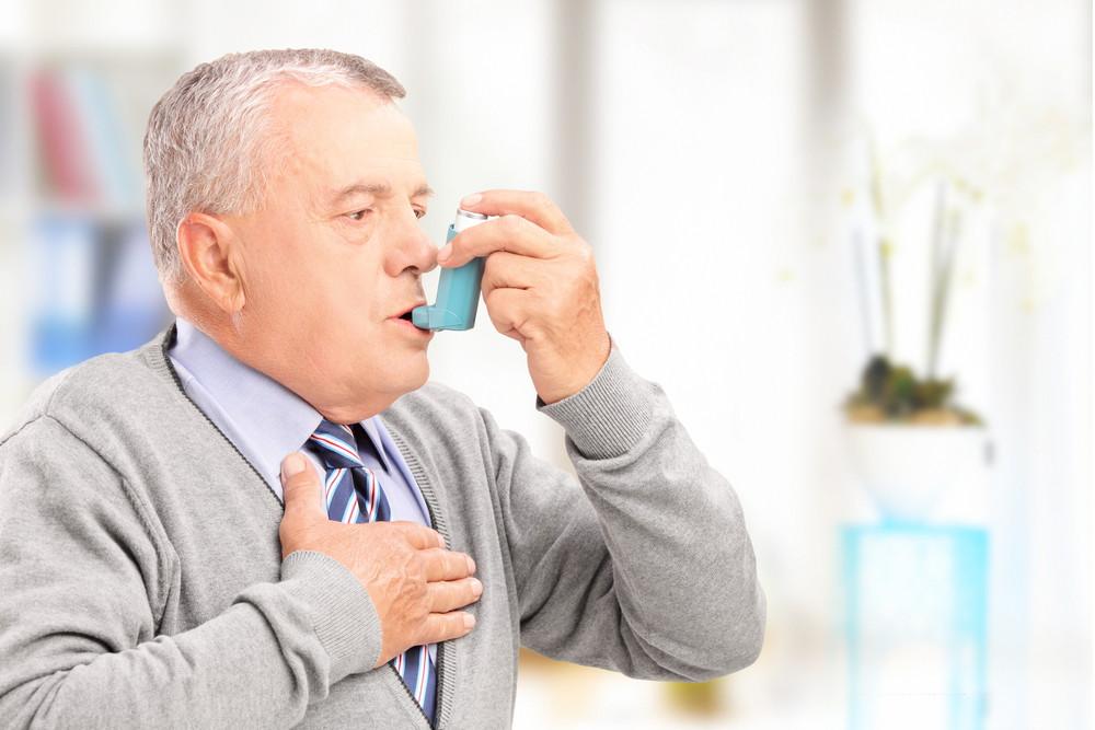 अस्थमा रोग से पीड़ित बूढ़ा व्यक्ति